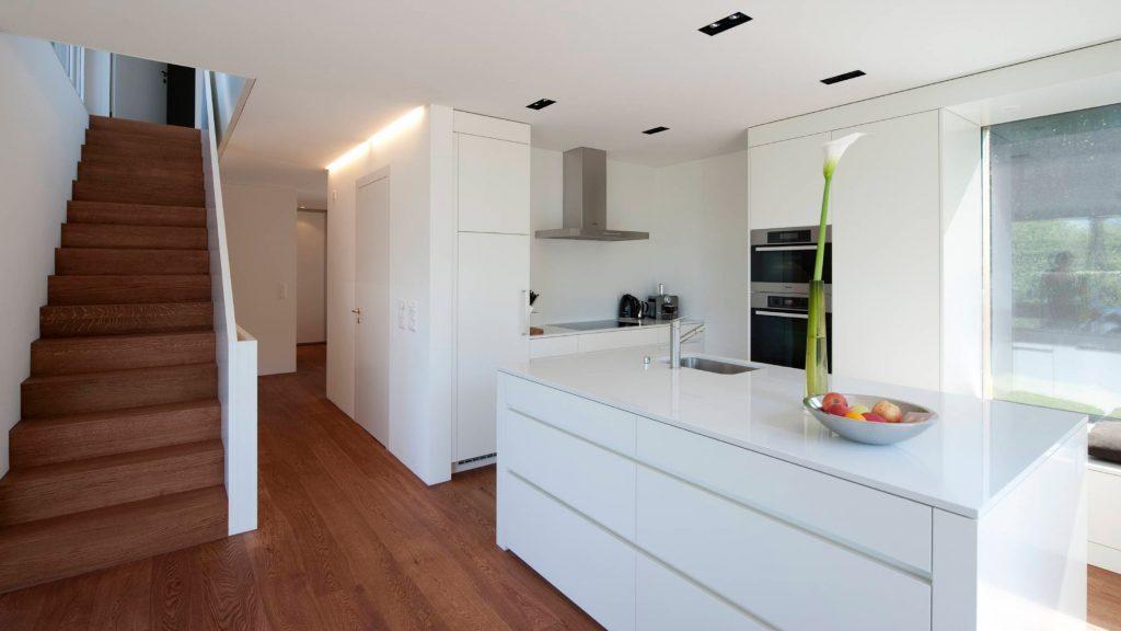 kuchynska-linka-zo-schodami-farba-biela-leskla-striekana-1