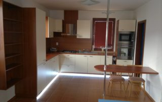 Kuchynska-linka-čerešna-svetlé-dvierka-rovné
