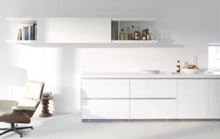 biela-matná-kuchynská-linka-zo-zapustenými-úchytkami
