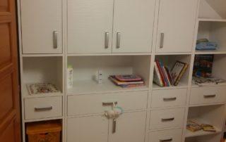 detská-izba-biela-s-otvárcími-dvierkami-1