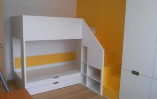 detska-izba-zlta-poschodova-postel-s-odkladacim-priestorom-1