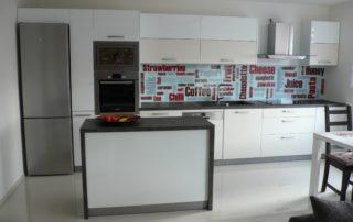 kuchyna-bielo-seda-1