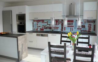 kuchyna-bielo-seda