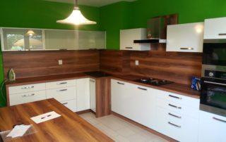kuchyna-hruska-a-biele-dvierka
