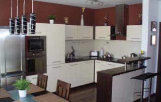 kuchyna-kremova-s-wenge