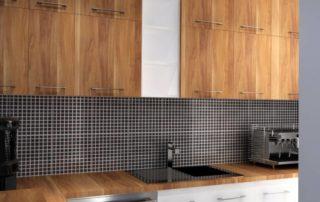 kuchynská-linka-biela-a-merano-farba