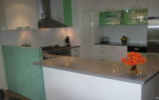 kuchynská-linka-biela-lesklá-zelená-farba