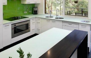 kuchynská-linka-biela-lesklá-zelený-lacobel-