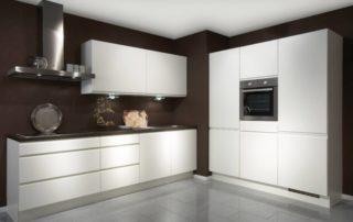 kuchynská-linka-biela-matná-hnedá-stena