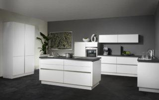kuchynská-linka-biela-matná-s-ostrovčekom