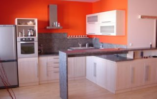 kuchynská-linka-breza-mainau-a-pracovná-doska-je-beton