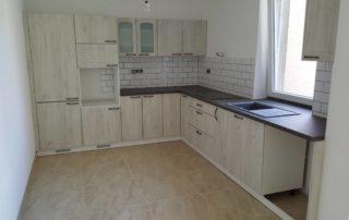 kuchynská-linka-farba-biela-dvierka-biele-drevo-