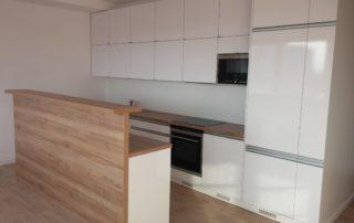 kuchynská-linka-farba-biela-lesklá-orech-pacifik-a-blum-otváranie