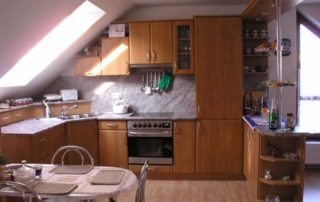 kuchynská-linka-jelša-v-podkroví