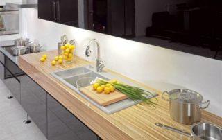 kuchynská-linka-moderná-čierna-a-drevená-lesklá