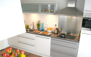 kuchynská-linka-s-hliníkovými-dvierkami