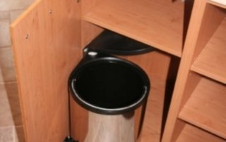 kuchynská-linka-smetný-kôš-na-dvierkach