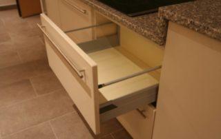 kuchynská-linka-zásuvka-plnovýsuv
