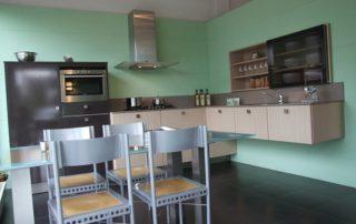 kuchynská-linka-zavesená-na-stene