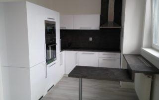 kuchynska-linka-biela-beton-tmavy