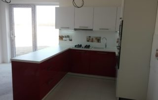 kuchynska-linka-farba-biela-a-cervena-leskla-2