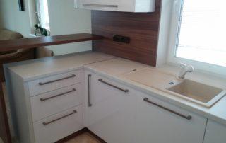 kuchynska-linka-farba-biela-leskla-a-orech-dijon-3