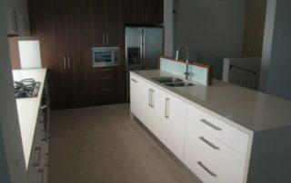 kuchynska-linka-farba-biela-leskla-orech