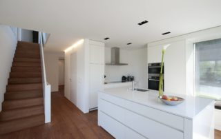 kuchynska-linka-zo-schodami-farba-biela-leskla-striekana