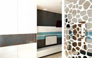 obyvackova-stena-farba-biela-a-vstavana-skrina-1-izbovy-byt