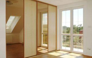 skrina-s-drevom-a-zrkadlom-4-dverova